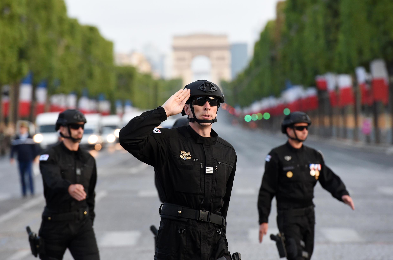 Unidade de elite da polícia francesa, RAID, desfilou pela primeira vez na Avenida dos Campos Elísios.