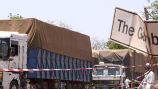 Des camions de marchandises sénégalais bloqués à Keur Ayip, à la frontière sénégalaise-gambienne, le 9 mai 2016.