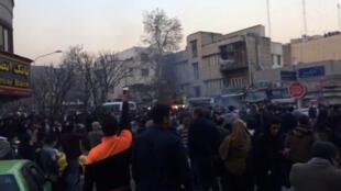 Des manifestants rassemblés à Téhéran, visibles sur cette capture d'écran d'une vidéo, le 30 décembre 2017.