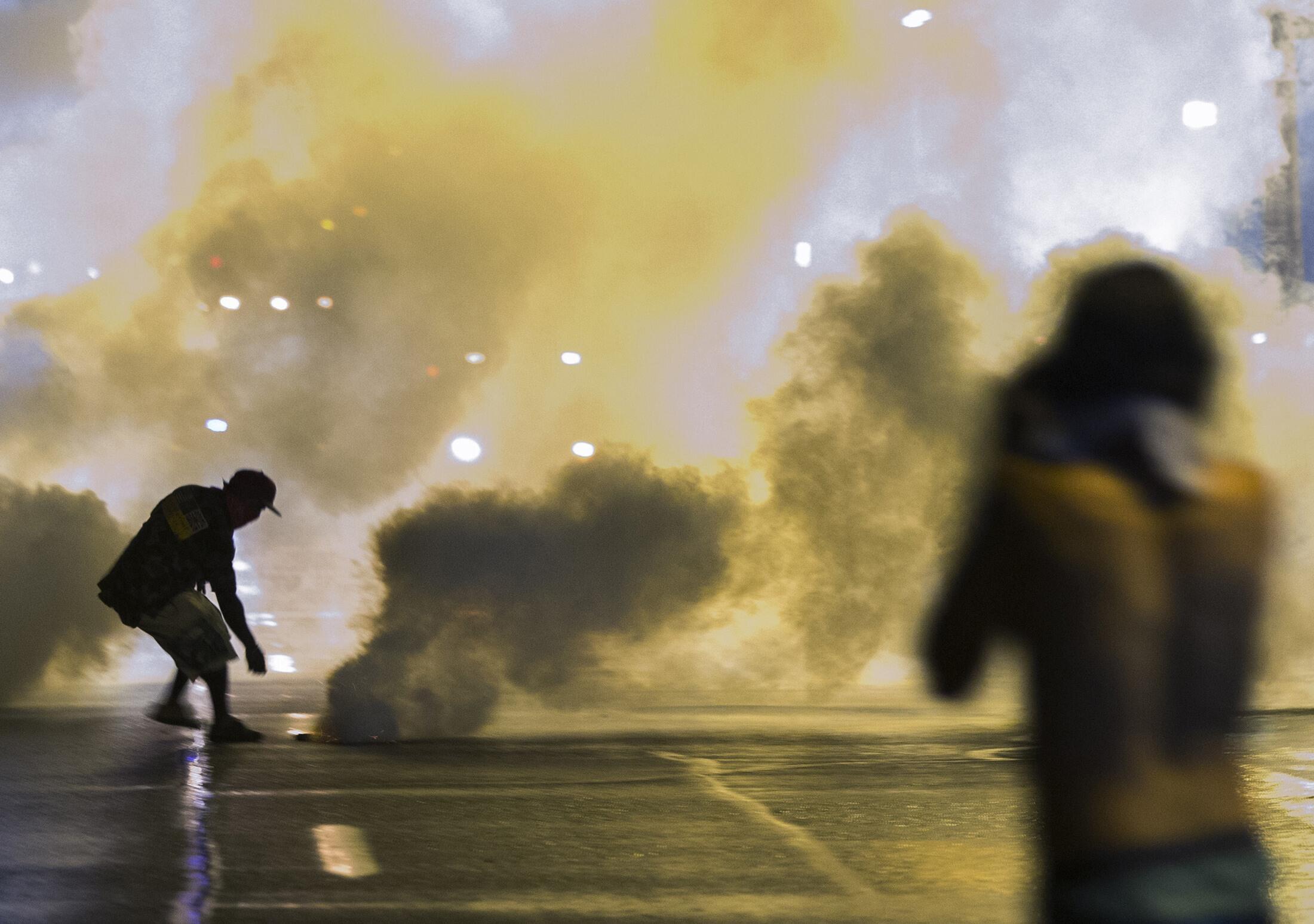 Bất chấp lệnh giới nghiêm, biểu tình bạo động lại diễn ra tại Ferguson, Missouri, đêm 16/08/2014e samedi à dimanche.