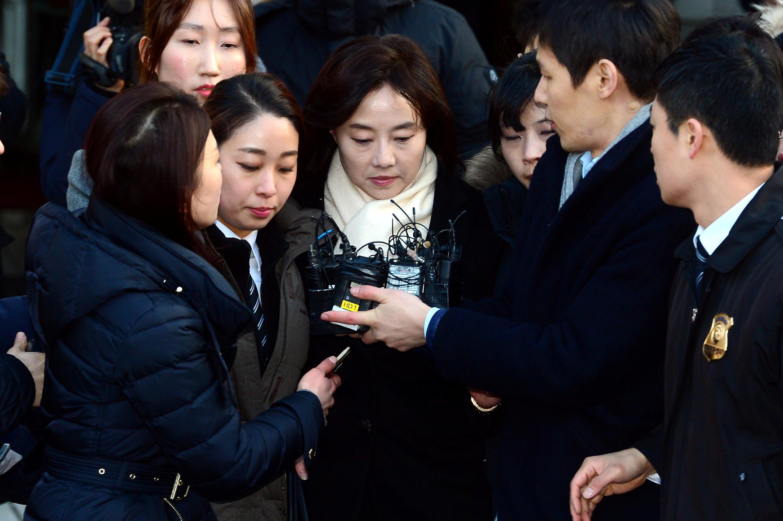 Bộ trưởng Văn Hóa Cho Yoon-sun (G), sau khi trả lời thẩm vấn ngày 20/01/2017.