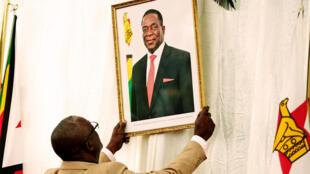 Picha ya Emmerson Mnangagwa, rais mpya wa Zimbabwe, ikiwekwa katika ikulu ya Harare