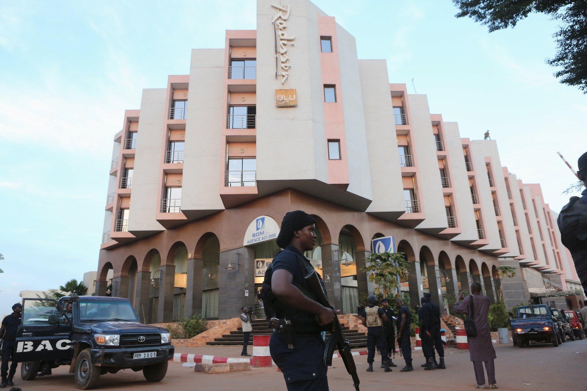 Devant l'hôtel Radisson à Bamako durant la prise d'otages, le 20 novembre 2015.