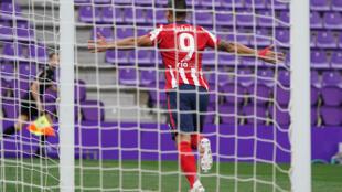 El delantero uruguayo del Atlético de Madrid Luis Suárez celebra tras anotar el gol del triunfo 2-1 durante el partido de la Liga española ante el Valladolid en el estadio José Zorilla de Valladolid, el 22 de mayo de 2021, para una victoria que le valió el título al club madrileño.