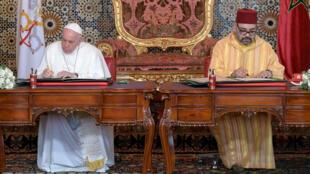 """Le pape François et le roi Mohammed VI ont appelé samedi à """"préserver"""" Jérusalem comme """"patrimoine commun des trois religions monothéistes"""", dans un texte commun signé lors de la visite du souverain pontife au Maroc, à Rabat, le 30 mars 2019."""