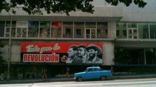 Une bannière à la gloire de la Révolution dans les rues de la Havane.