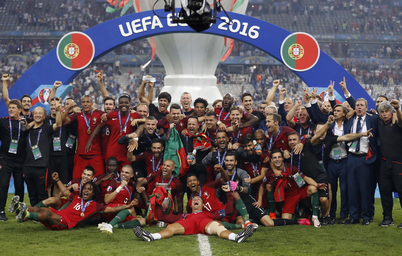 Jogadores portugueses celebram vitória inédita na Eurocopa em pleno Stade de France.