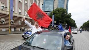A Tirana, le 8 novembre 2010, les Albanais fêtent la nouvelle...