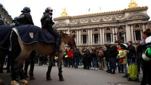 Đội Kỵ Binh Cảnh Sát được phái đến canh chừng người biểu tình Áo Vàng tại khu Nhà Hát Opéra Paris (Pháp) ngày 15/12/2018.