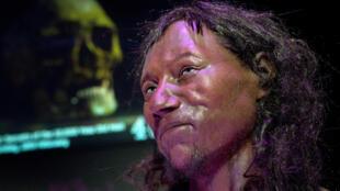 El análisis del ADN de Cheddar Man, el esqueleto completo más antiguo encontrado en Gran Bretaña, permitió hacer una reconstrucción dere su cara.