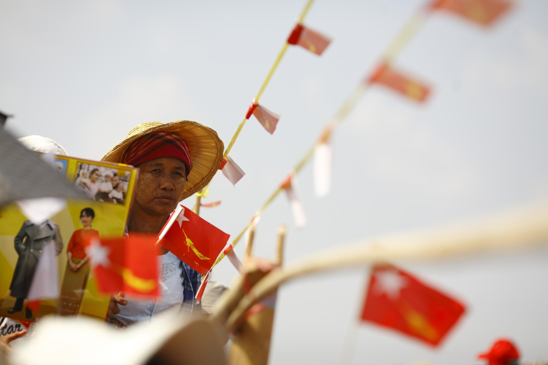 Một người ủng hộ bà Aung San Suu Kyi đang nghe nhà lãnh đạo phát biểu, Kawhmu, 22/03/2012