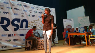 Amzine Amine Djalal, sur la scène de la rencontre sahélienne du numérique, au centre al-Mouna de N'Djaména.