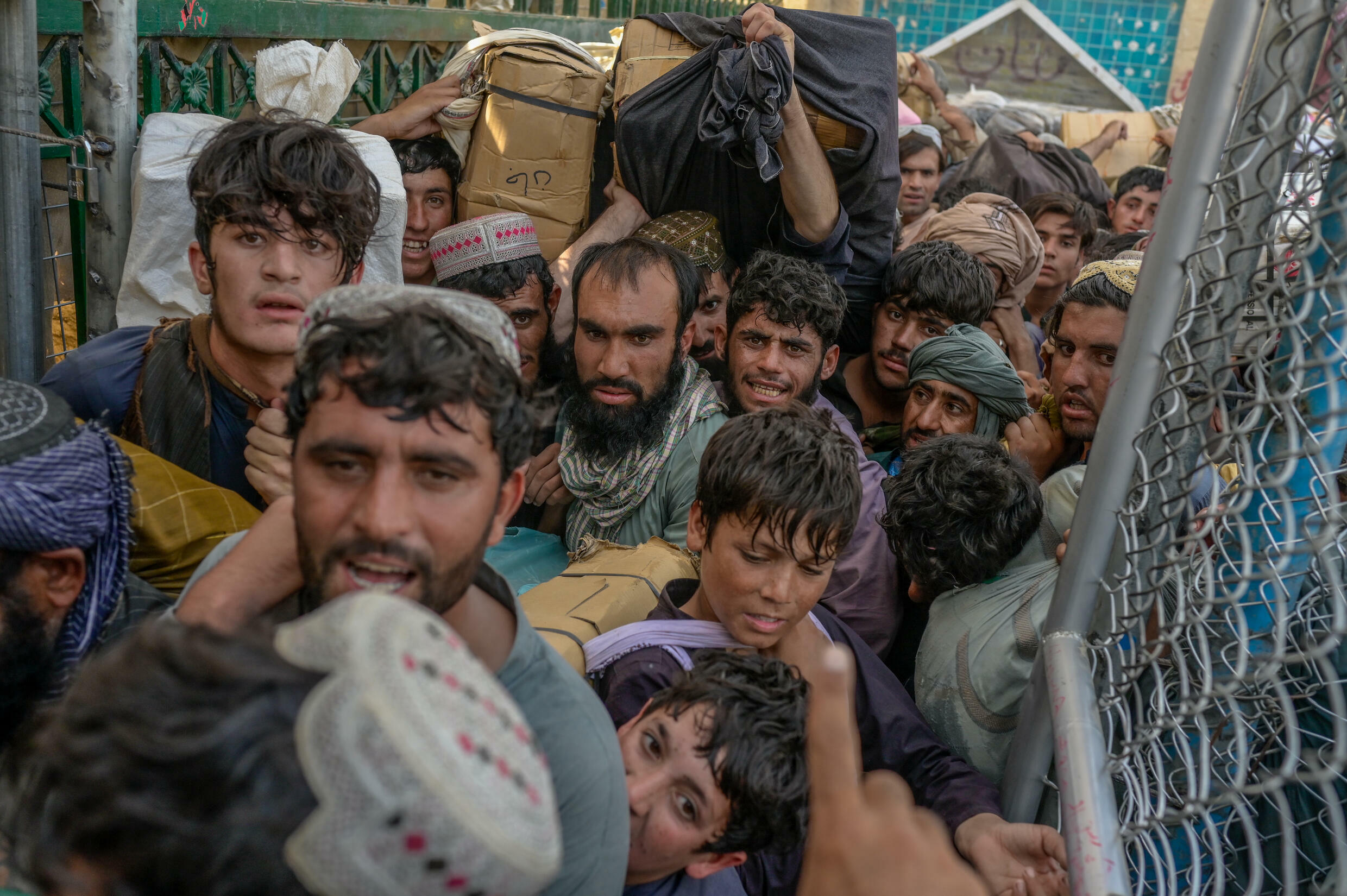 People rush to pass the border gate to Pakistan from the Afghanistan border in Spin Boldak