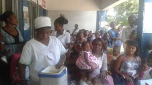 Séance d'information avant la vaccination, au Centre de Santé Mère et Enfant de Barumbu, à Kinshasa (RDC).