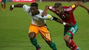 L'Ivoirien Serge Aurier à la lutte avec le Marocain Mehdi Carcela-Gonzalez, lors du match aller entre le Maroc et la Côte d'Ivoire comptant pour les éliminatoires du Mondial 2018, le 12 novembre 2016.