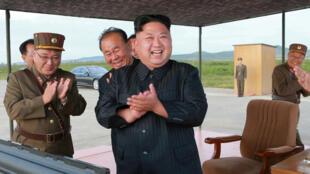O ditador da Coreia do Norte, Kim Jong-un, comemora lançamento do míssil Hwasong-12 na sexta-feira (15).