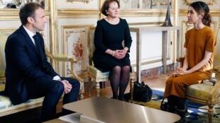 Presidente francês em sua conversa com a prêmio Nobel da paz 2018, Nadia Murad, 25 de outubro de 2018.