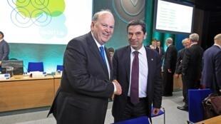 Les ministres des Finances irlandais Micheal Noonan (G) et portugais Vitor Gaspar, à Dublin, ce vendredi 12 avril 2013.