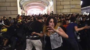 Escenas de pánico tuvieron lugar en la plaza de San Carlo, en Turín, donde la gente miraba en pantallas gigantes el partido del final de la liga de Campeones, 3 de junio 2017.