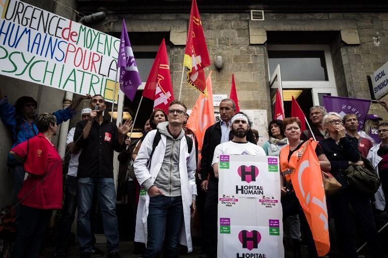 Des membres du personnel hospitalier en milieu psychiatrique manifestent à l'Hôpital Sainte-Anne de Paris, en septembre 2018.