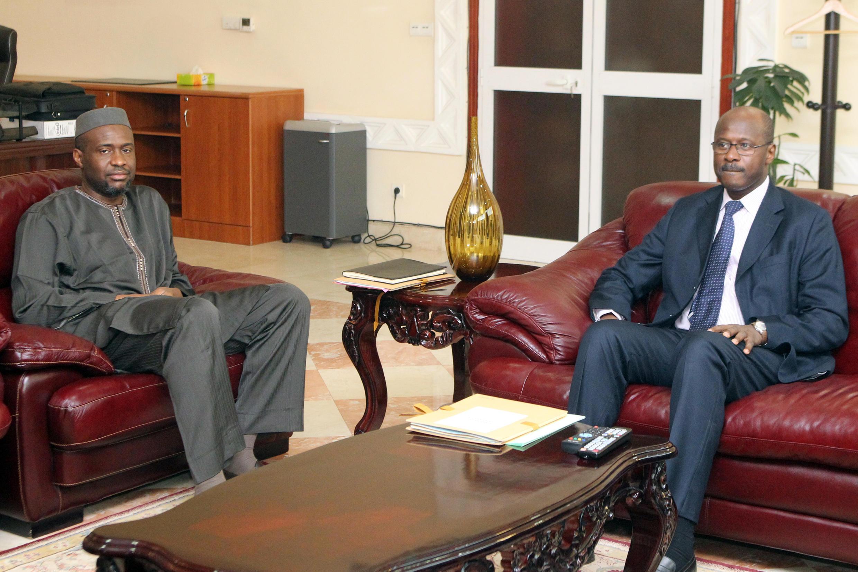 Moussa Mara en compagnie de son prédécesseur Oumar Tatam Ly lors de la passation de pouvoir, le 9 avril 2014.