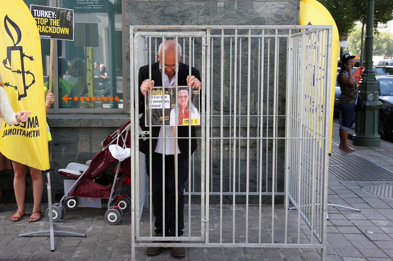 Em cela improvisada na calçada da embaixada turca em Bruxelas, o diretor da Anistia Internacional da Bélgica, Philippe Hensmans, protesta contra a detenção dos membros da Ong na Turquia.
