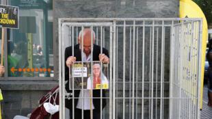 Le directeur d'Amnesty international en Belgique, Philippe Hensmans, se tient dans une cage face à l'ambassade de Turquie à Bruxelles, en signe de protestation contre la détention d'Idil Eser, le 10 juillet 2017.