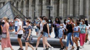 Du khách tại khu vực bảo tàng Louvre nhất loạt mang khẩu trang theo quy định phòng Covid mới, Paris, ngày 13/08/2020. REUTERS/Charles Platiau