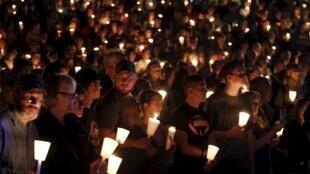 Thắp nến tưởng niệm các nạn nhân vụ thảm sát, trường Umpqua Community College, Roseburg, Oregon, 01/10/2015.