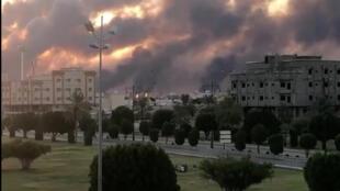 De la fumée sur la raffinerie d'Abqaiq, dans l'Est de l'Arabie Saoudite, après l'attaque de drones revendiquée par les rebelles Houthis.