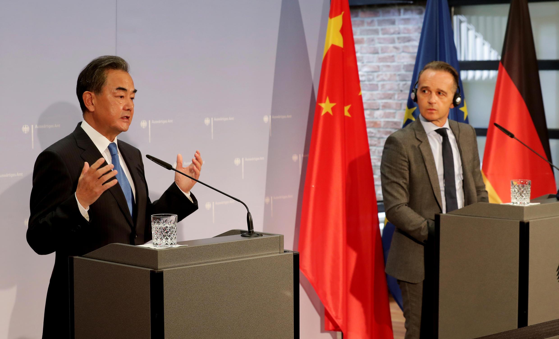 Ngoại trưởng Đức Heiko Maas (P) và đồng nhiệm Trung Quốc Vương Nghị tại buổi họp báo ở Berlin, ngày 01/09/2020.