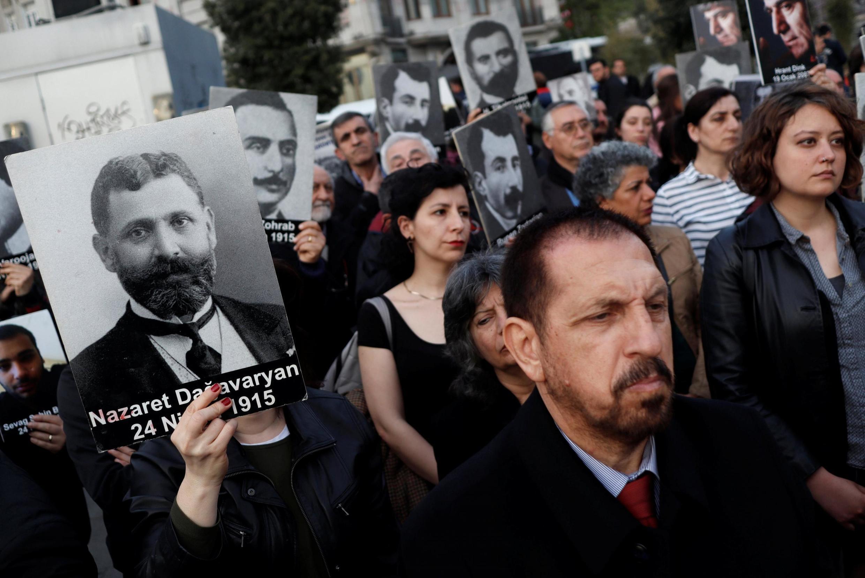 Правозащитники и активисты с портретами жертв геноцида армян в Османской империи в 1915 году, Стамбул, 24 апреля 2019