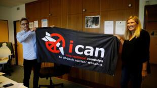 Beatrice Fihn, diretora executiva da Campanha Internacional para Abolir Armas Nucleares (ICAN), e Daniel Hogsta, coordenador, comemoram o Prêmio Nobel da Paz 2017, em Genebra, Suíça, em 6 de outubro de 2017.