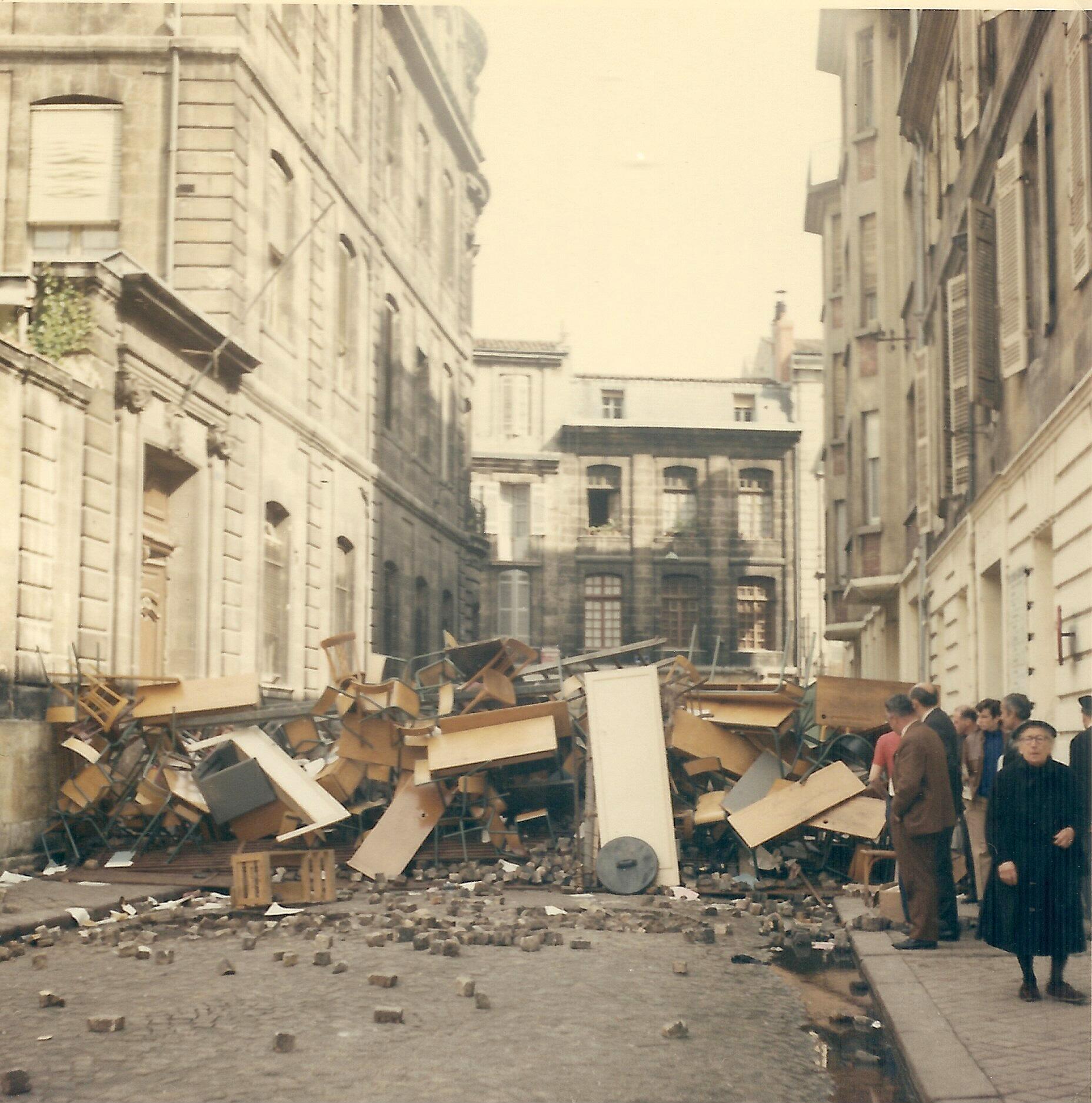 Barricadas también surgieron en otras ciudades francesas como aquí en Burdeos. Calle Paul Bert, 10 de mayo de 1968.