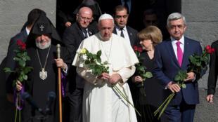 رئیس جمهور ارمنستان، پاپ فرانسیس و رهبر کلیسای ارامنه در یادمان نسل کشی ارمنیان