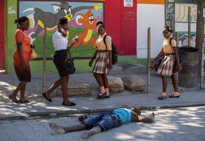 Mutane na wuciwa gefen gawar daya daga cikin fursunonin da jami'an tsaro suka harbe har lahira a Haiti