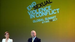 Angelina Jolie y William Hague durante la apertura de la cumbre, este 10 de junio en Londres.