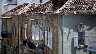 Uma foto tirada em 11 de agosto de 2020 mostra uma casa tradicional libanesa parcialmente destruída no bairro de Gemmayzeh, em Beirute.