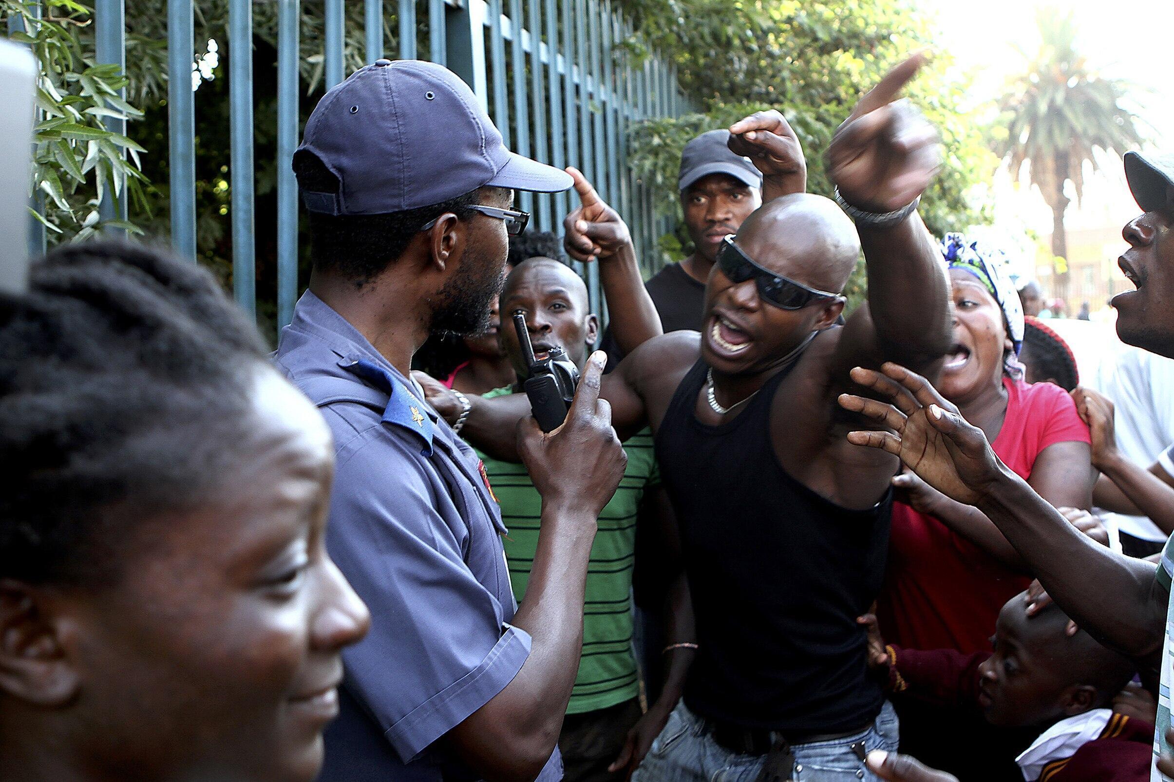 Mouvement de colère près du poste de police de Daveyton, en Afrique du Sud.
