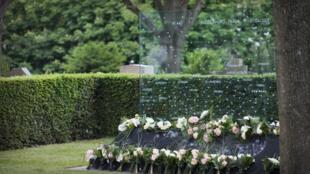 Cerimônia de 1° de junho de 2010 no cemitério Père Lachaise, monumento em homenagem as vítimas do voo AF 447.