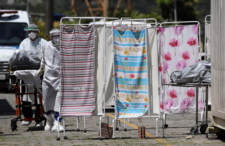Enfermeiros transportam corpos de um paciente  da Covid-19 em Manaus. 21/04/2020..