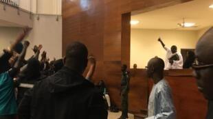 Khalifa Sall salue ses partisans lors de son procès à Dakar, le 5 février 2018 (photo d'illustration).