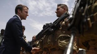 Emmanuel Macron rencontre les forces françaises à Gao, le 19 mai 2017.