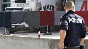 Polícia junto do camião abandonado na Áustria onde foram descobertos 71 cadáveres.