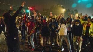 Manifestantes colocam as mãos ao alto, como Brown teria feito ao ser abordado pela polícia.