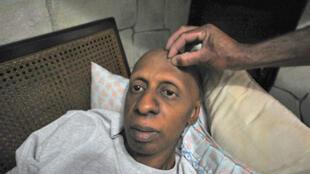 Guillermo Fariñas, l'opposant cubain, en grève de la faim, dans sa maison de Santa Clara, à Cuba, le 10 mars 2010.