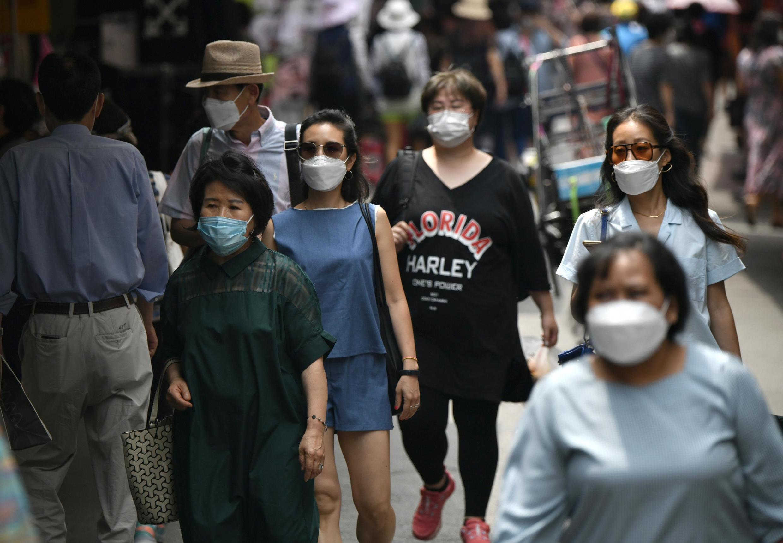 Люди в масках на улицах Южной Кореи