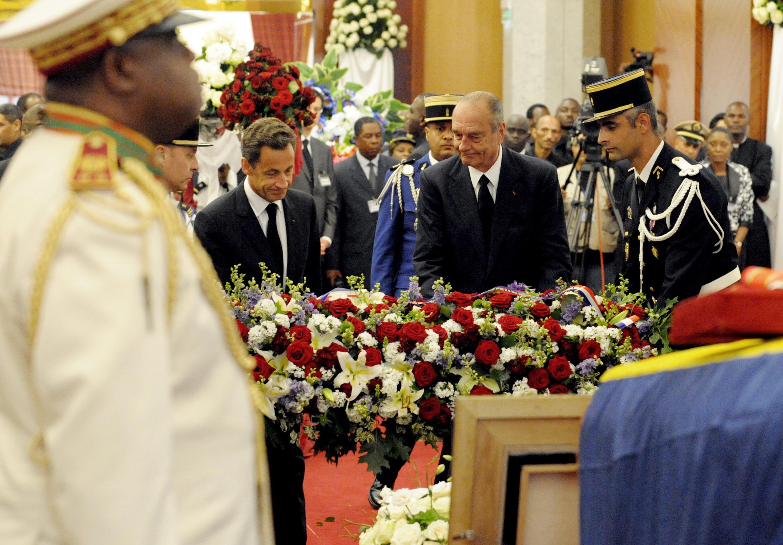Les présidents Jacques Chirac et Nicolas Sarkozy drendent hommage à Omar Bongo le 16 juin 2009.