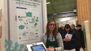 Chị Céline Brunel, phụ trách truyền thông của thị chính Paris, giới thiệu trang web Vegetalisons.Paris tại Hội chợ Nông Nghiệp 2018.