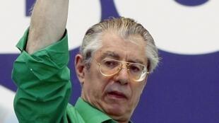 Umberto Bossi a démissionné jeudi 5 avril 2012 de son poste de dirigeant du parti de la Ligue du Nord.